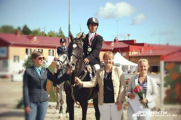 Все победители и призеры получили медали и дипломы соответствующих степеней, а также денежные призы, а их четвероногие помощники победные розетки и сладкую морковку.