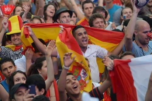 Ликуют трибуны с болельщиками Испании