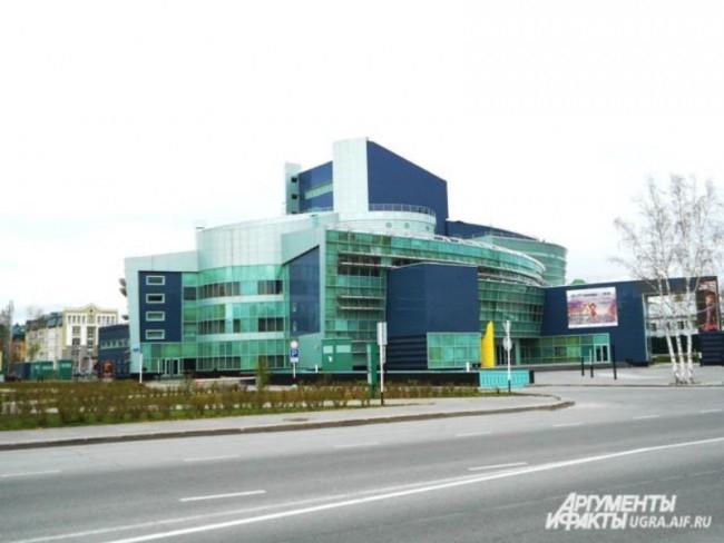 Концертно-театральный центр «Югра - Классик» по адресу улица Мира, 22.  Сооружение насыщенно передовыми технологиями. Архитекторы спроектировали здание в несвойственном для театра стиле хай-тек.