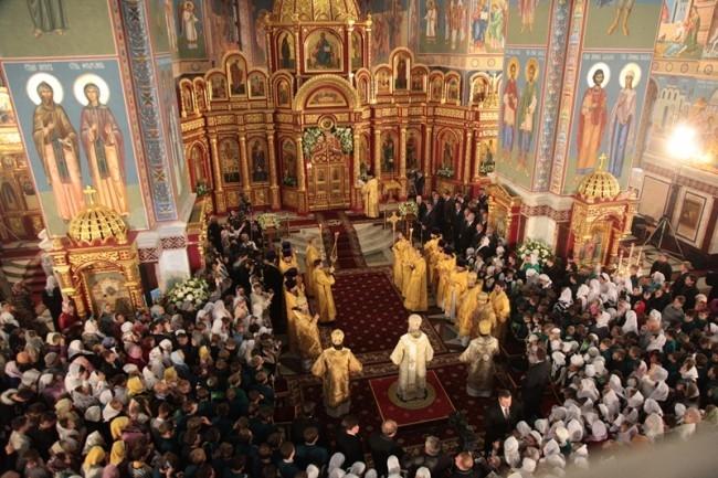 Сразу же после освящения храма Патриарх Кирилл совершил крестный ход и провел литургию.