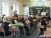 Преподаватель на первом уроке  рассказывает ученикам о школе и о Дне знаний