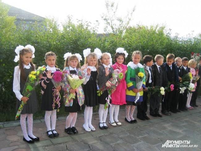 Ученики школы№2 Ханты-Мансийска с цветами и в бантах радуются началу нового учебного года