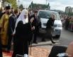 Святейший Патриарх Кирилл благословил собравшихся перед храмом прихожан.