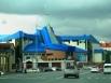 Третье место по праву занимает Музей геологии, нефти и газа. Как и большинство зданий Ханты-Мансийска оно выполнено из синего и голубого стекла. Что, впрочем, абсолютно не нарушает, а только подчеркивает гармонию с окружающей средой. Автором первого проек