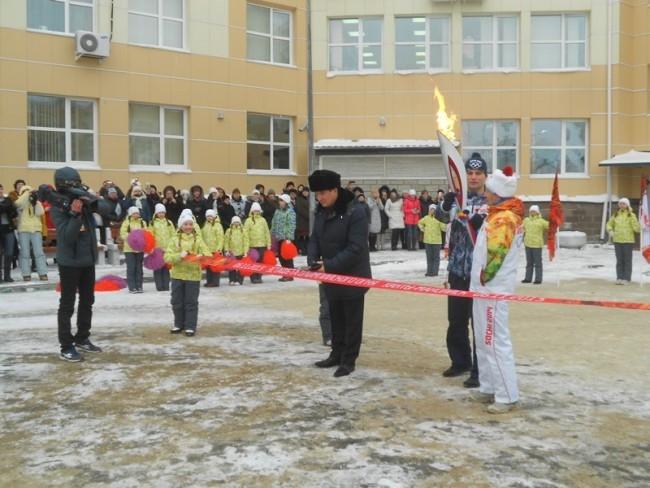 Открытие эстафеты состоялось на площадке возле ЮКИОРа. Перерезал красную ленточку заместитель губернатора Югры Алексей Путин.