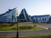 Гостиничный комплекс «Югорская долина» - белоснежные стены пяти комплексов оснащены крышами разных цветов. Главное здание выполнено в форме остроконечного чума.