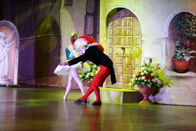 Сделать балет по-настоящему сказочным помогают необычные костюмы и декорации.
