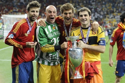 Игроки сборной Испании по футболу держат Кубок Евро-2012