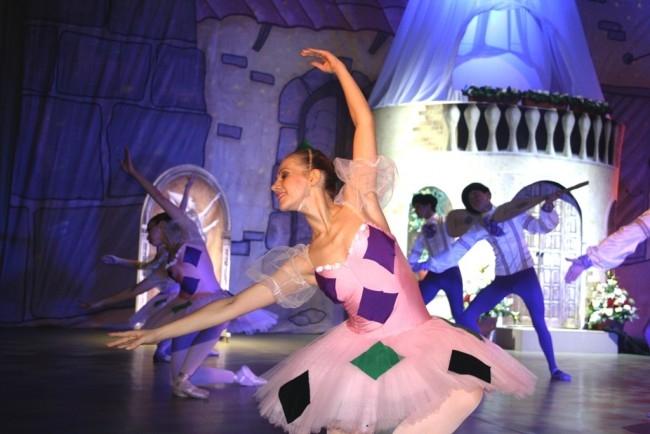 Весь спектакль актеры-студенты исполняют балетные па не хуже профессионалов из театров Москвы и Петербурга.