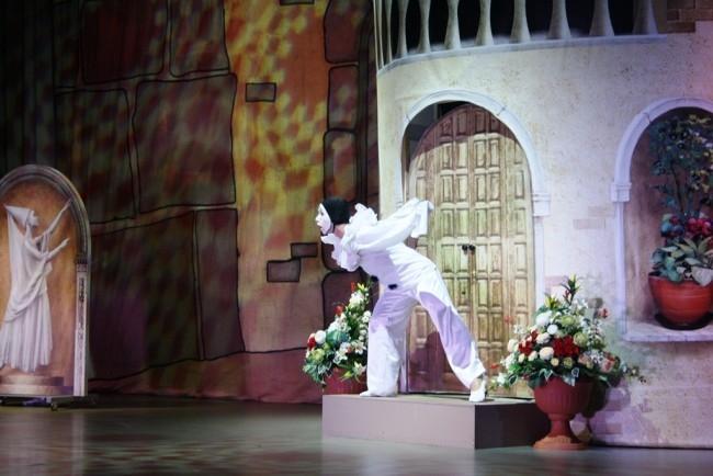 В постановке участвуют студенты Центра искусств и школьники.