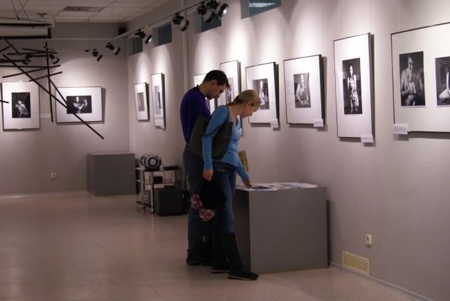 В выставочном зале стояли ящики для пожертвований, где посетители могли оставить свою посильную помощь на благо бездомных животных.