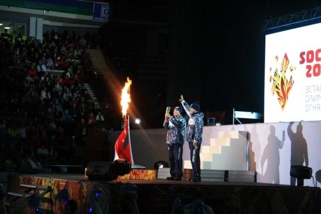 Затем глава департамента физкультуры Югры Евгений Редькин и губернатор Югры Наталья Комарова зажгли огонь в чаше Олимпиады в КРК «Арена-Югра». И праздник в Ханты-Мансийске подошел к концу. Олимпийский огонь направился в Якутию.