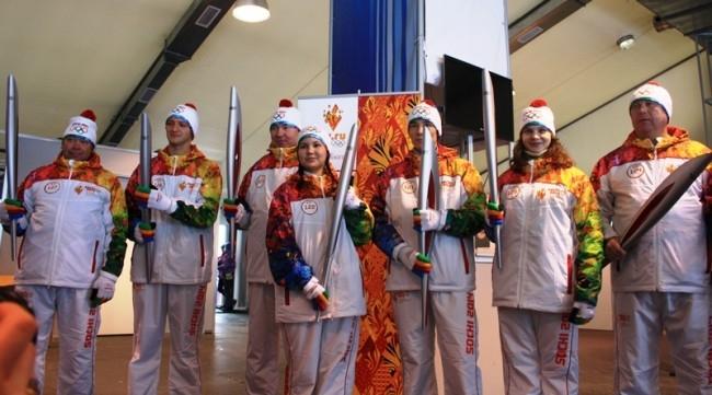 А тем временем в волонтерском центре спорткомплекса «Хвойный урман» проводился инструктаж для следующей партии факелоносцев. Им вручили факелы с индивидуальным идентификационным номером.