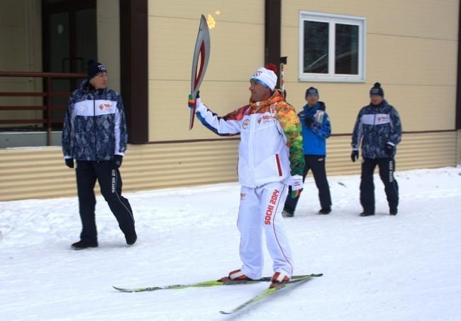 Эдуард Рябов сделал круг почета на лыжах с факелом. В это время на биатлонном стадионе занималась юниорская сборная Югры по биатлону.