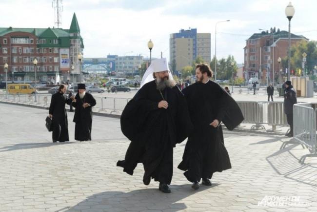 Первым делом прибыв в Ханты-Мансийск, Патриарх Кирилл направился в один из старейших храмов Сибири – Покровский храм в Самарово, основанный в XVI в.