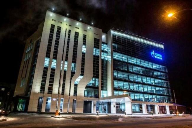 Еще одной особенностью Ханты-Мансийска можно назвать офис «Газпрома». Восьмиэтажное здание возведено по новейшим технологиям в области строительства и архитектуры.