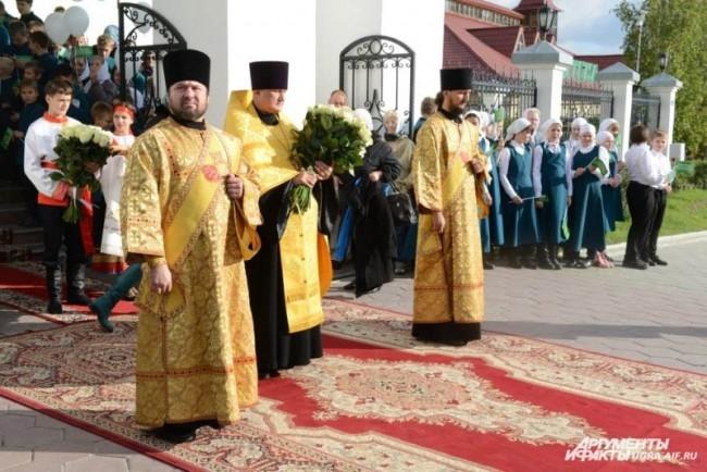 Главе РПЦ принесли в дар икону святителя Нектария, архиепископа Тобольского и букет белых роз.