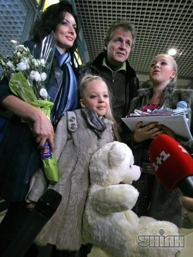 В аэропорту Настю поздравила украинский дизайнер Диана Дорожкина