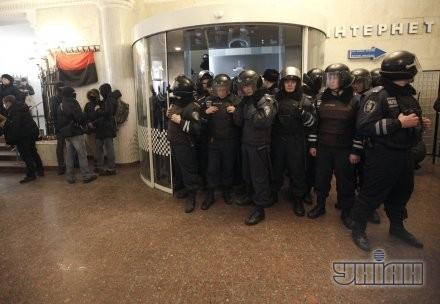 Сотрудники милиции блокируют проход к лифту в помещении Главпочтамта
