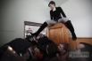 Журналистка Татьяна Чорновил сидит на двери во время драки