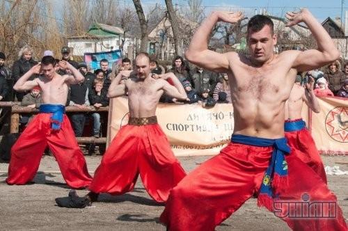 Участники празднования Масленицы в Историко-культурном комплексе «Запорожский Дуб»