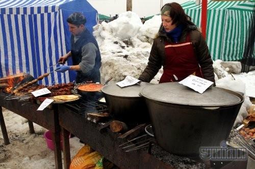 Повара готовят еду на мангале во время кулинарного фестиваля