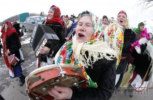 Участники празднования Масленицы выступают во время народных гуляний в национальном музее архитектуры и быта Украины