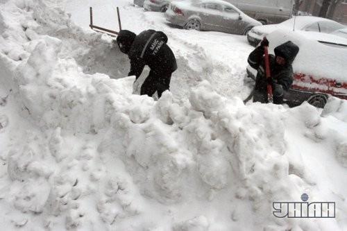 Работники МЧС расчищают снег на одной из улиц во Львове