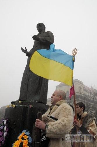 Участники празднования Дня гимна, который прошел во Львове на следующий день после годовщины