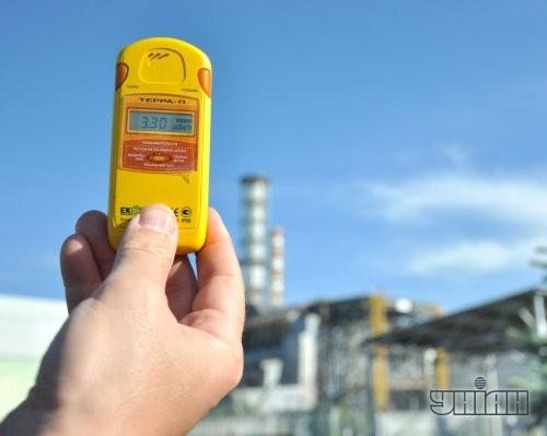 Уровень радиации на дозиметре на территории четвертого энергоблока Чернобыльской АЭС