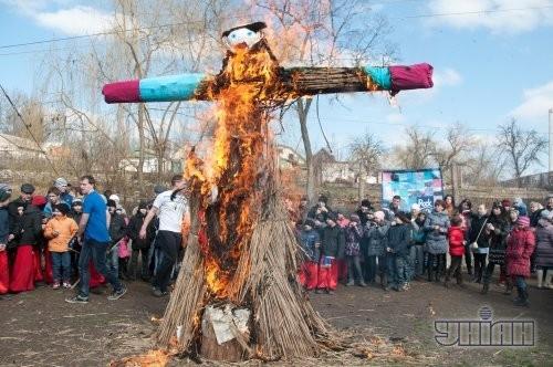 Горящее чучело Зимы во время празднования Масленицы в Историко-культурном комплексе «Запорожский Дуб», в Запорожье