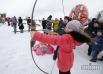 Девочка стреляет из лука во время народных гуляний в национальном музее архитектуры и быта Украины