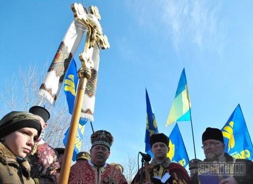 Священники служат панихиду во время торжеств по чествованию памяти  Романа Шухевича