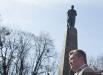 Президент Украины Виктор Янукович во время возложения цветов к памятнику Кобзарю на его могиле на Чернечей горе в Каневе