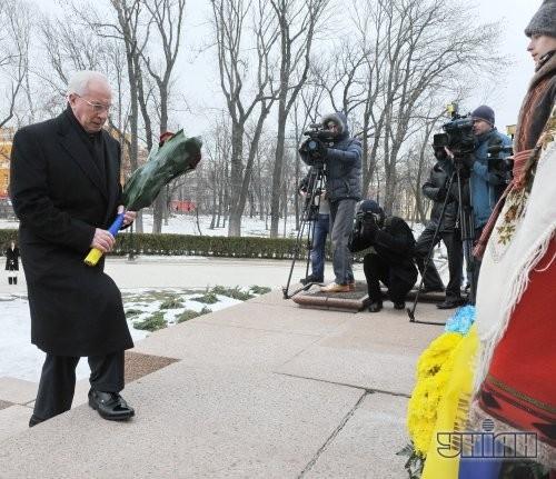 Премьер-министр Украины Николай Азаров во время возложения цветов к памятнику Тарасу Шевченко в Киеве