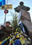 Цветы у памятника Роману Шухевичу
