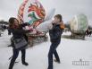 Участники празднования Масленицы дерутся подушками во время народных гуляний в национальном музее архитектуры и быта Украины