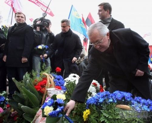 Депутаты от «Батькивщины» Николай Катеринчук, второй справа, Борис Тарасюк, справа, и депутат от фракции УДАР Валентин Наливайченко, третий слева