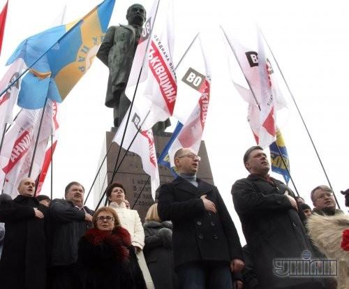 Председатель фракции «Батькивщина» Арсений Яценюк и лидер «Свободы» Олег Тягнибок