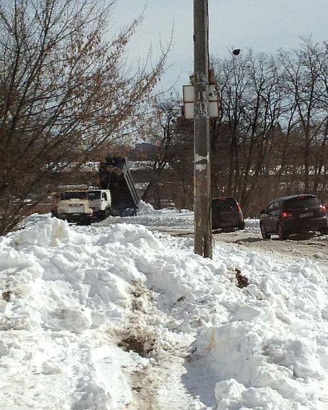 В Кадетском Гае грузовики сбрасывают снег на обочину
