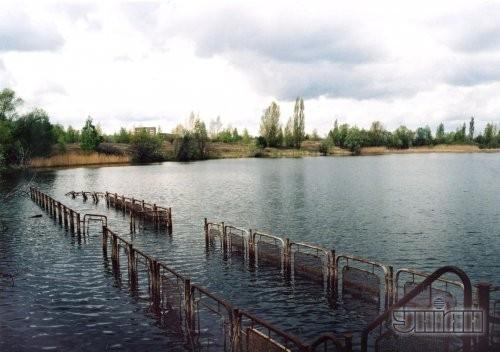 Затопленный водой причал речного вокзала