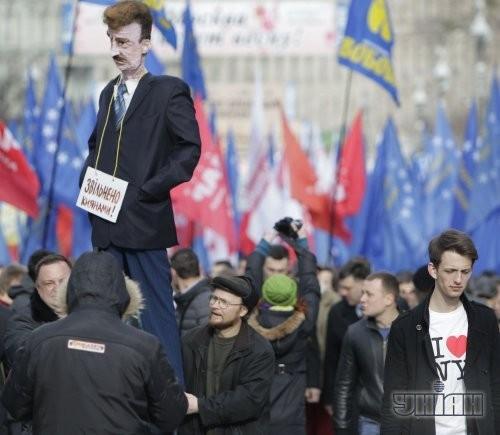 Чучело председателя КГГА Александра Попова, на котором висит табличка «Уволен киевлянами»