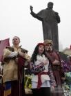 Участники празднования Дня гимна поют гимн Украины возле памятника Тарасу Шевченко во Львове