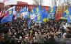Участники митинга, который провели оппозиционные силы возле памятника Тарасу Шевченко