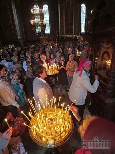 Верующие ставят свечи во время праздничного Богослужения по случаю празднования Пасхи во Владимирском соборе в Киеве