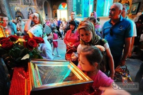 Верующие ставят свечи после Пасхального богослужения в Одессе