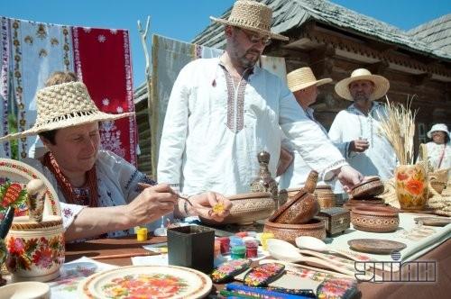 Участники городского семейного праздника «Пасха на Хортице» во время одного из мастер-классов, в Запорожье