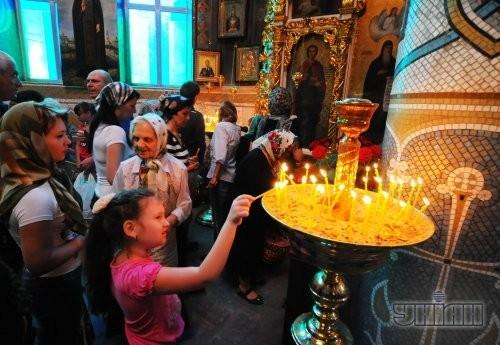Верующие возле иконы в церкви после Пасхального богослужения в Одессе