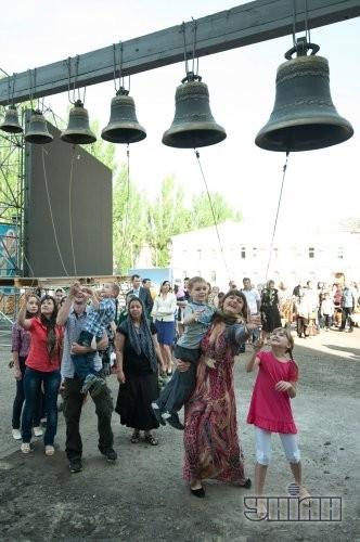Верующие звонят в колокола после церемонии освящения пасхальных корзин по случаю празднования Светлого Христова Воскресения в Запорожье