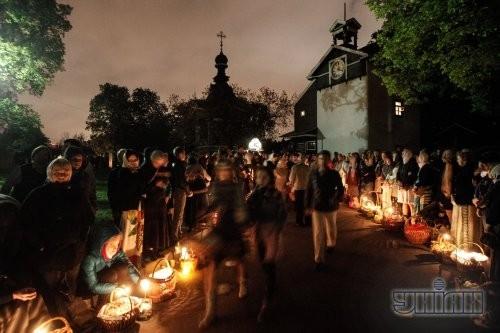 Верующие перед началом церемонии освящения пасхальных корзин по случаю празднования Светлого Христова Воскресения в Киеве